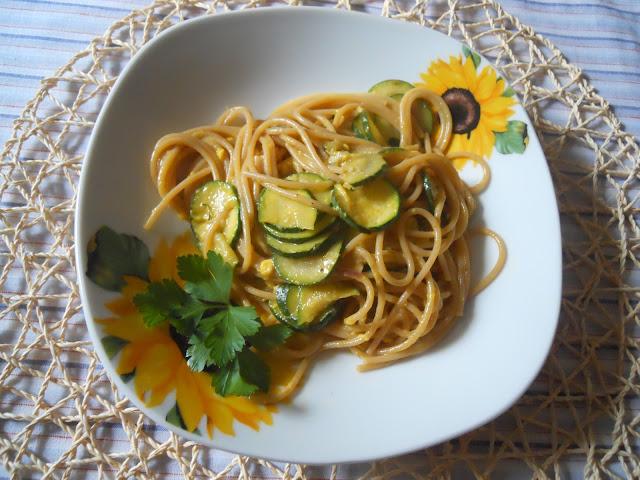 spaghetti integrali con la carbonara di zucchine e curry