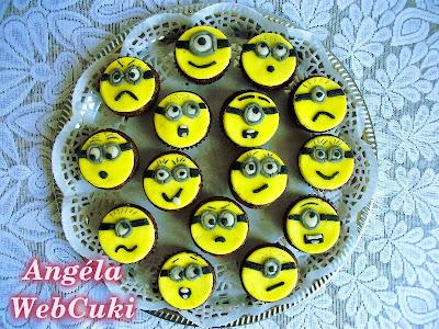 Kakaós Minion muffinok, alap, egyszerű, kakaótésztás muffin, ami hamar kész, baracklekvárral ízesítve, Minion fejekkel díszítve.