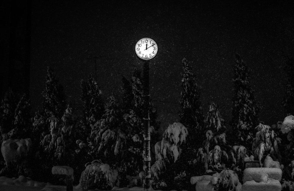 時計と雪の写真