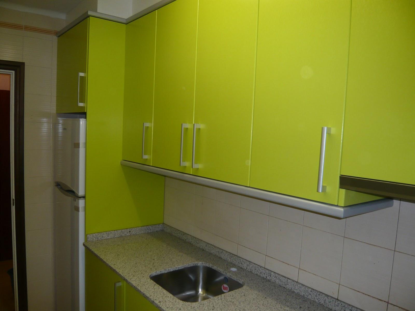 REUSCUINA Muebles de cocina en formica verde pistacho combinado con