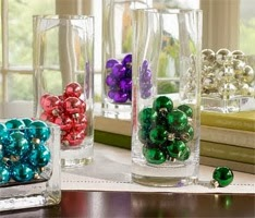 decoração com bolas e vidros para Natal