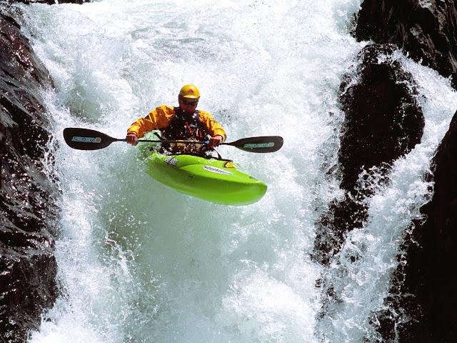 extreme-sport-kayak-surfing