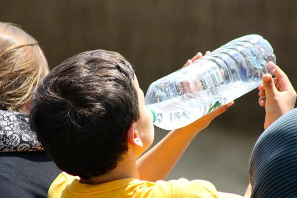 Anak lelaki minum air mineral (cc0 public domain)