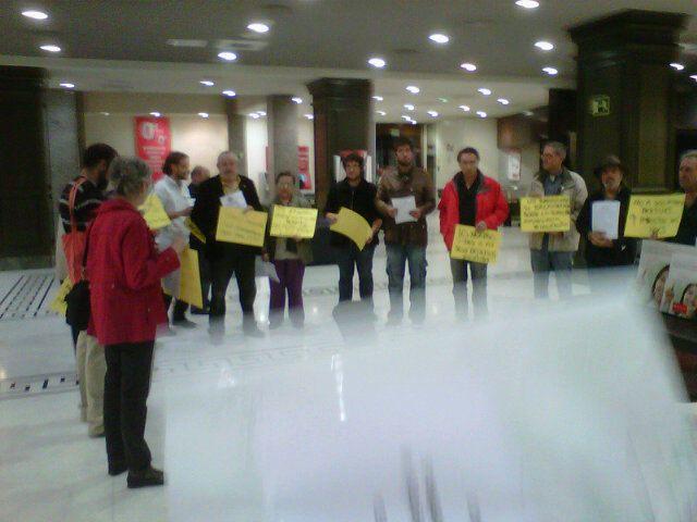 Perroflautas del mundo los yayoflautas toman una sucursal for Oficinas banco santander en barcelona