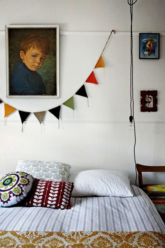 Sypialnia w stylu skandynawskim i vintage, kolorowe  skandynaskie proporczki, żarówka na czarnym kablu