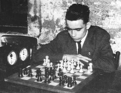 Rafael Corraliza de Arcos jugando una partida de ajedrez en 1957