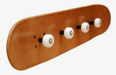 perchero con tabla y ruedas de skateboard diy