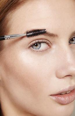 model brushing eyebrows, photographe beauté paris, eyebrow grooming