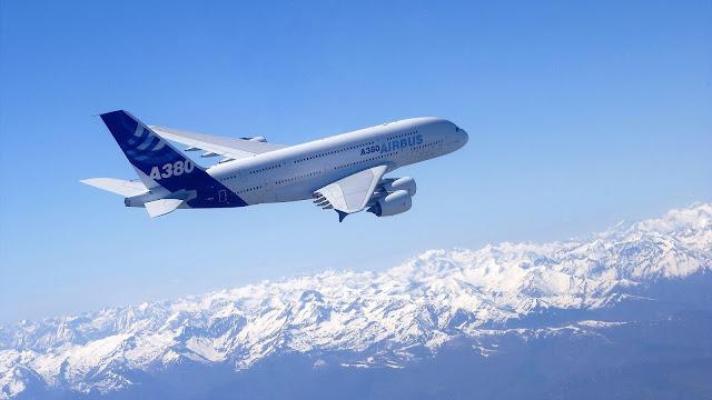 Met een airbus a380 hoog in de lucht hd vliegtuig wallpaper foto