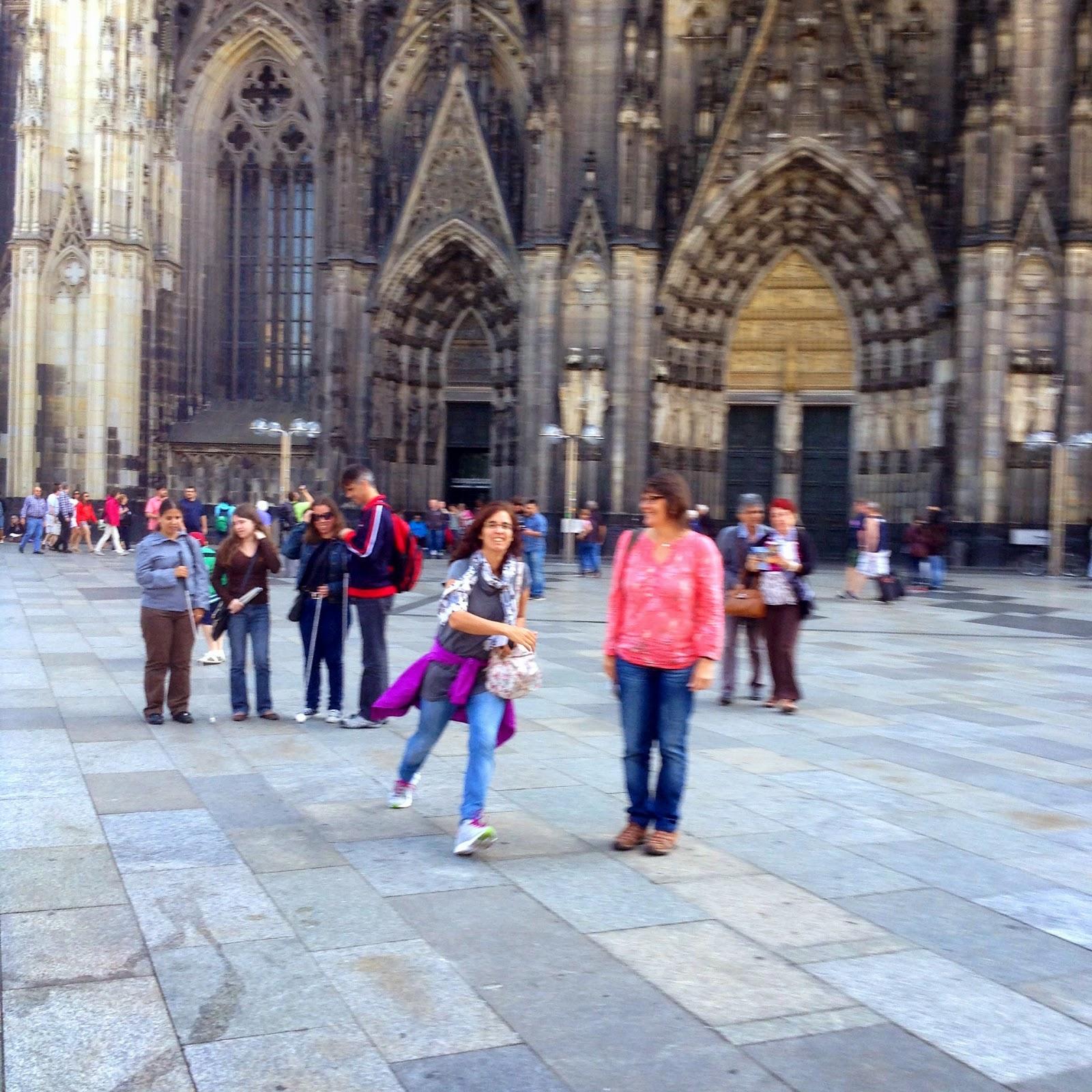 Fotografia do grupo, junto }a na imponente Catedra de Colónia!