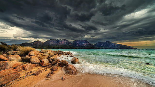 Coles Bay in Freycinet National Park, Tasmania, Australia (© Steve Daggar Photography/Moment Open/Getty Images) 654