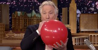 Alan Rickman inhalerer helium og laver sjove stemmer på Jimmy Fallons show