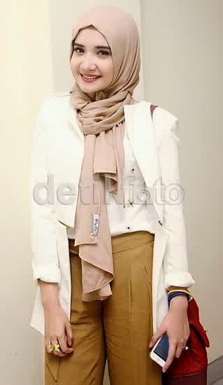 dengan foto di atas ? cantik bukan gaya hijab ala zaskia sungkar ...
