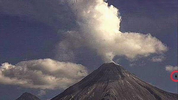 ufo caballo4 - OVNI oscuro que se asemeja a un caballo volador fue captado en el volcán de Colima, México