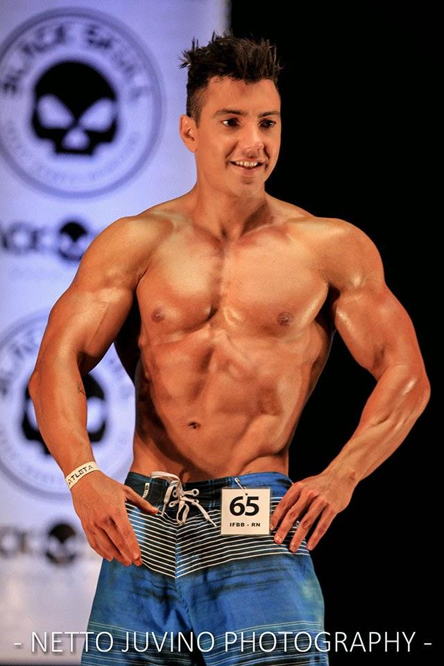 Luener Corrêa se apresenta no palco do Campeonato Estreantes 2015 da IFBB-RN.  Foto: Netto Juvino