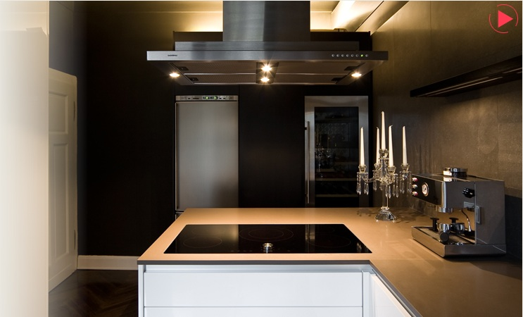 Maison grace dramatic black walls in a small kitchen for Black kitchen walls