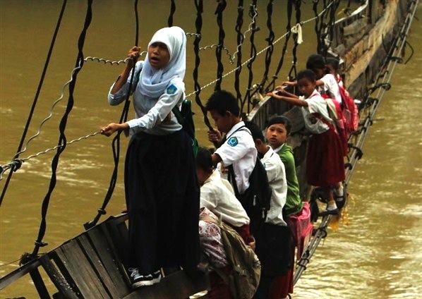 memanjat jambatan runtuh untuk ke sekolah di Lebak