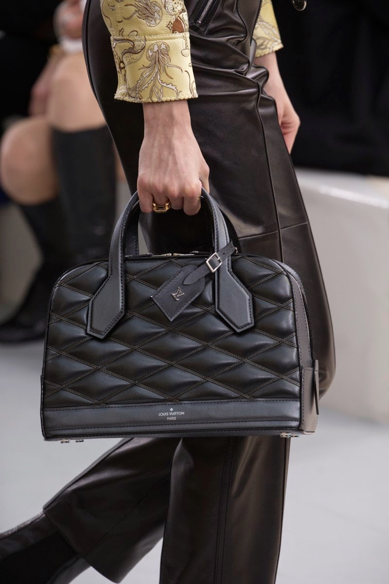 Louis Vuitton, Louis Vuitton AW15, Louis Vuitton FW15, Louis Vuitton Fall Winter 2015, Louis Vuitton Autumn Winter 2015, Louis Vuitton fall, Louis Vuitton fall 2015, du dessin aux podiums, dudessinauxpodiums, Louis Vuitton Women, selena gomez Louis Vuitton, stromae Louis Vuitton, Kim Kardashian Louis Vuitton, Epi, sac LV Epi, louis vuitton epi, sac epi LV, sac epi louis vuitton, malle LV, malle Louis Vuitton, Epi landscape