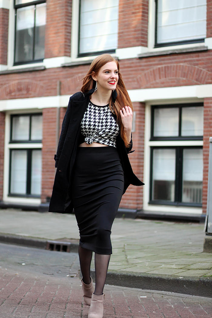 How to / ways to wear a black midi pencil skirt: knotted top and pistol ankle boots/></td></tr> <tr><td class=