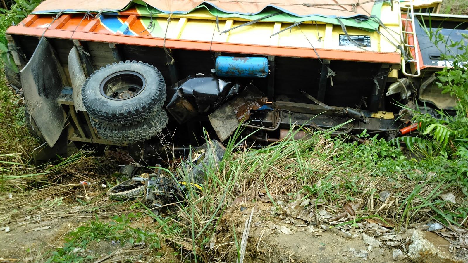 Tabrakan antara truk vs motor