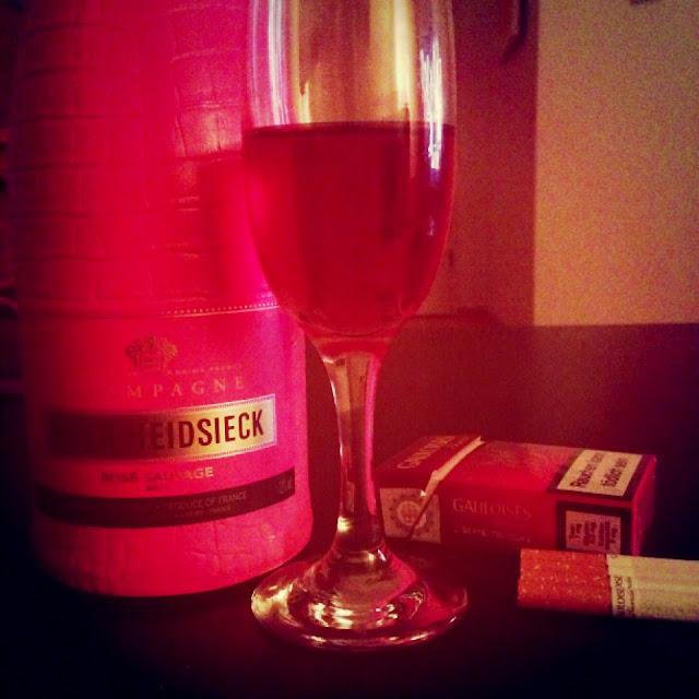 Fräulein Berger lebt dekadent mit Champagner und Zigaretten