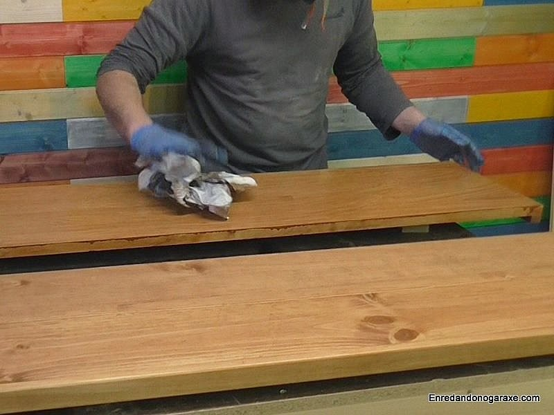 Limpiar exceso de tinte protector con papel de periódico. Enredandonogaraxe.com