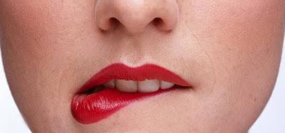 cara memerahkan bibir secara alami dan cepat