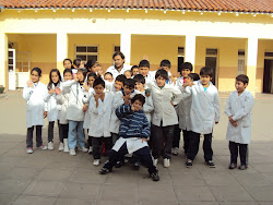 El profesor Martín Lima y los alumnos de 4°grado
