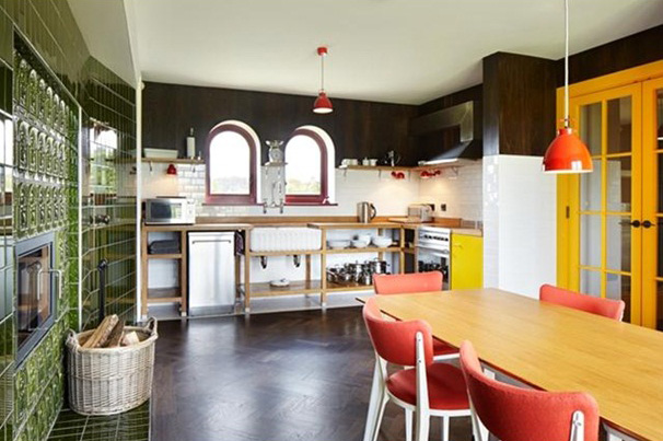 Küche und Wohnzimmer in sakraler Einheit - verrückte Ideen zum Einrichten und Wohnen