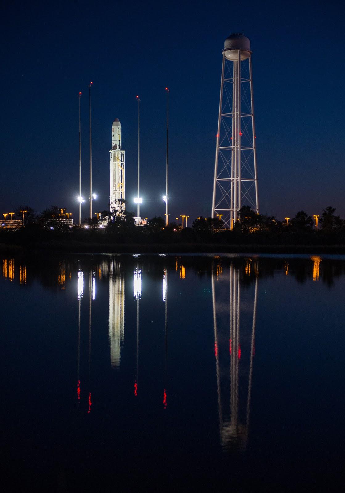 Chuẩn bị cho chuyến bay vào chiều 26/10/2014. Bản quyền hình ảnh : NASA/Joel Kowsky.