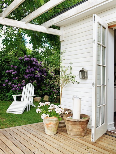 justo hoy cuando despedimos el mes de septiembre me apeteca mostraros una bonita casa de campo nrdica en total white que nos viene de maravilla para