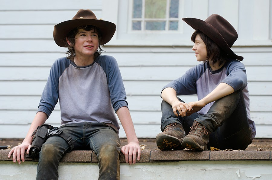 chandler riggs con su doble de the walking dead