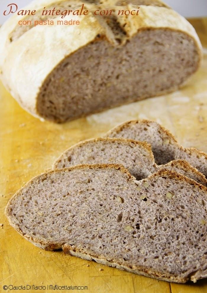 Pane integrale con noci e semi di sesamo