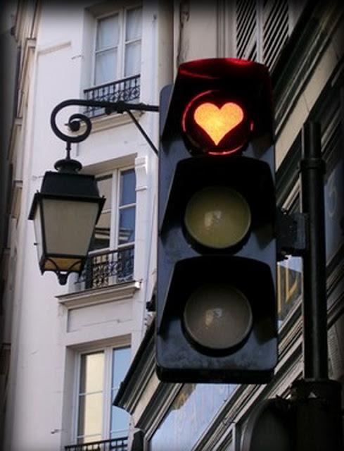 Komik Trafik İşaretleri kırmızı turuncu yeşil işaretler komik sahneler trafikte yaşanan komik sahneler kırmızı kalp işareti trafik lambası