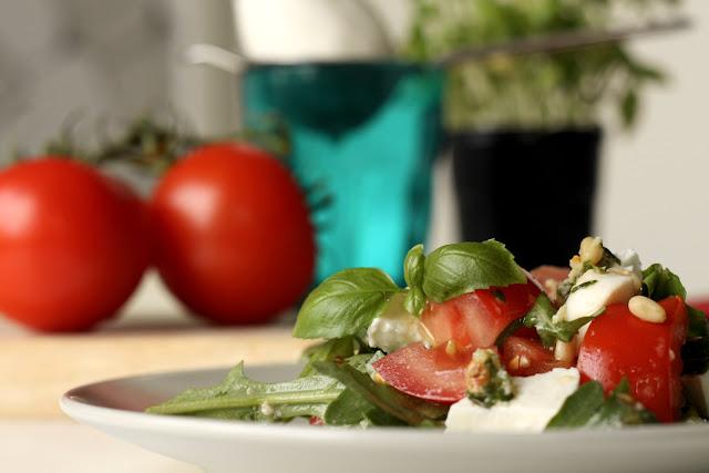 Salata od paradajza, mocarele i još ponečeg