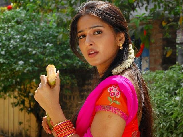 Cute Anushka shetty bollywood actress movie wallpaper