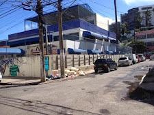 Cadê a fiscalização da Prefeitura para acabar com o lixão no passeio da escola Oswaldo Cruz?