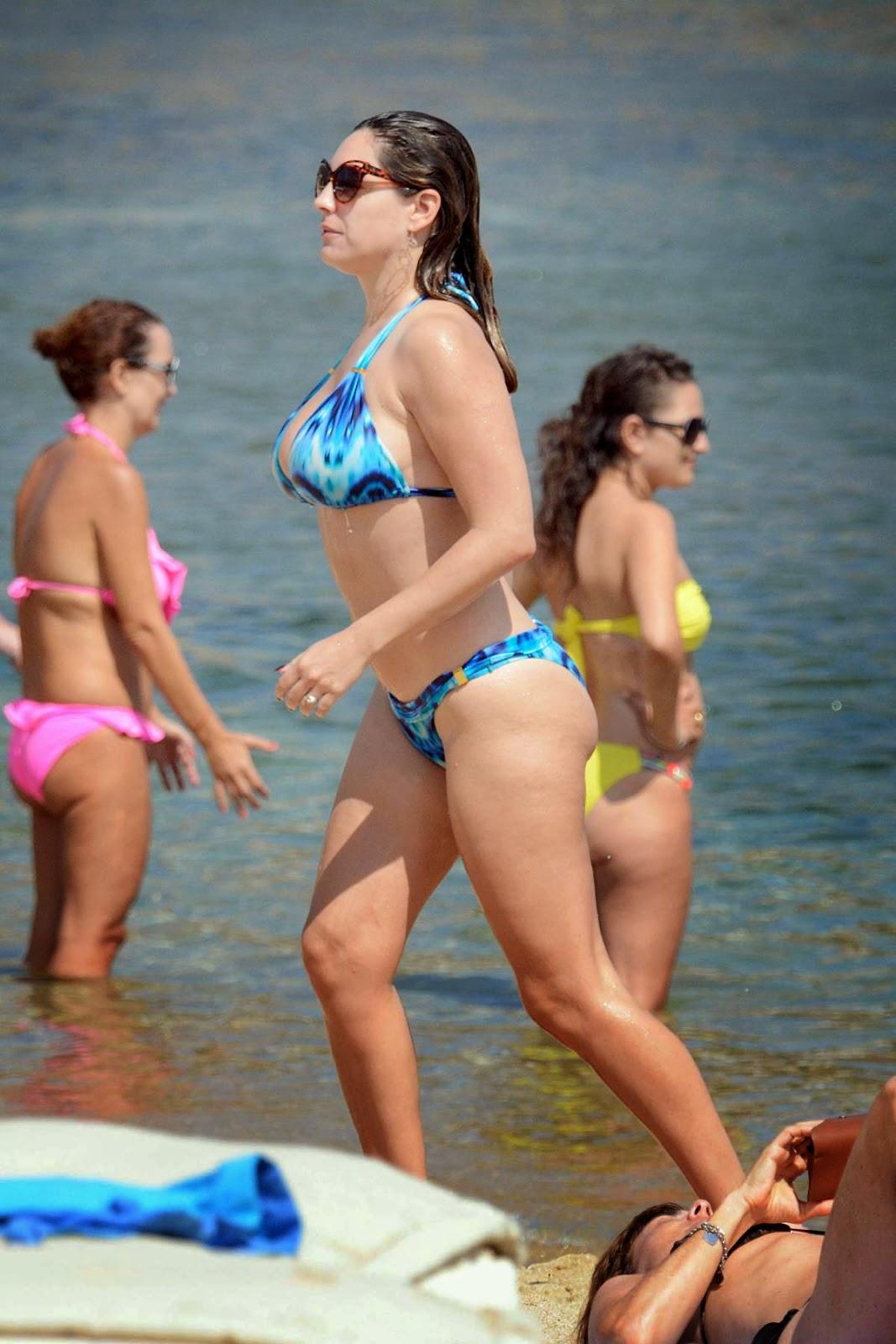 كيلى بروك تخطف الانظار بالبكينى على شواطئ اليونان - KELLY BROOK in Bikini at a Beach in Greece