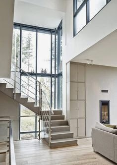 betoniportaat, isot ikkunat, kevyt metallikaide