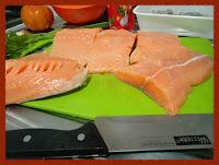 Cortando o salmão e preparando os ingredientes