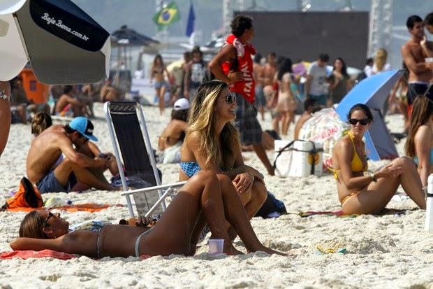 De biquíni estampado, Lívia foi clicada em campeonato de surfe