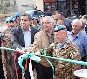 Il Gen. Lamanna, il Prefetto e il Sindaco tagliano il nastro, in Libano