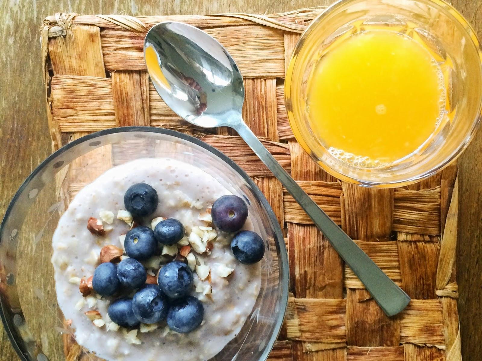 julie makes - morgenmadsgrød der mætter // Byg- og havregrød med blåbær