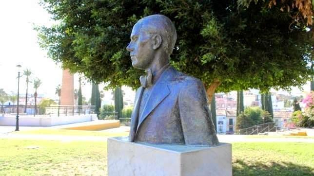 Eduardo saenz de varona en el cincuenta aniversario del fallecimiento del poeta luis cernuda - Cementerio jardin alcala ...