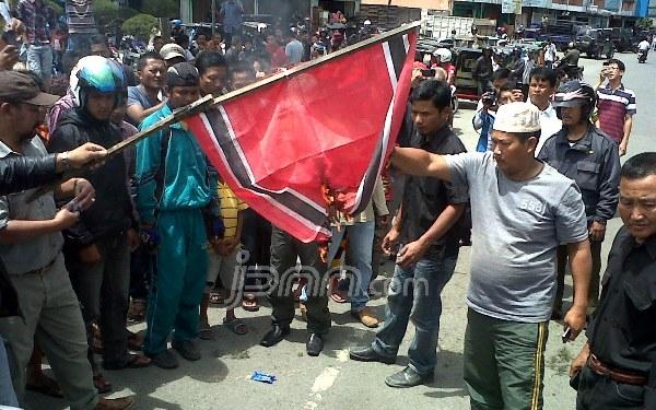 Bendera_GAM_dibakar