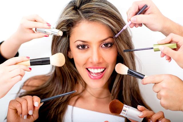 IMAGEM: Mulher sendo maquiada