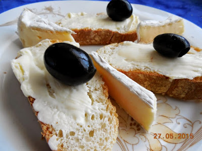 unt pe paine cu branza Brie au bleu