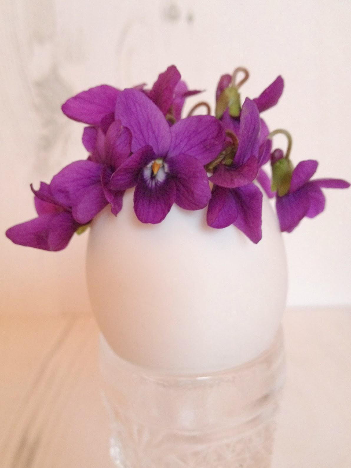 Egg shell flower vase