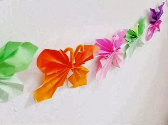 kupu kupu kertasnya di seutas tali bunga mawar cantik dari kertas krep