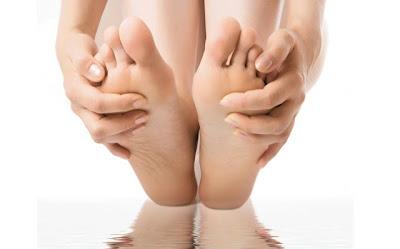 Mengatasi dan menghaluskan kulit telapak kaki yang pecah pecah